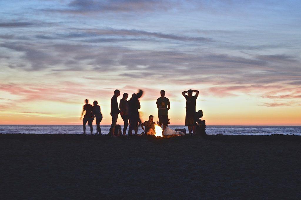Lagerfeuer zusammen mit Freunden