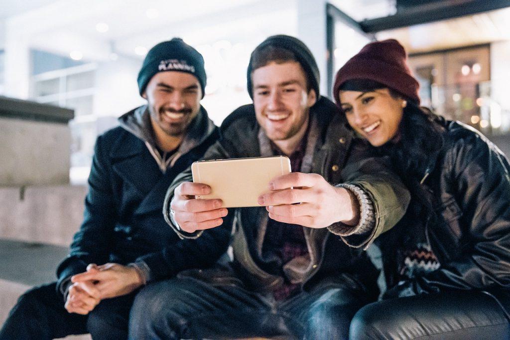 Freunde um Tipps für die gemeinsame Reiseplanung bitten