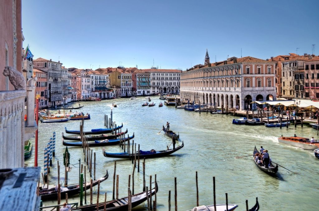 """The Canal Grande separates the citra (on this side) districts of Venice """"San Marco"""", """"Cannaregio"""" and """"Castello"""" from the ultra (on the other side) districts """"Dorsoduro"""", """"San Polo"""" and """"Santa Croce"""" on the right side of the Canal."""