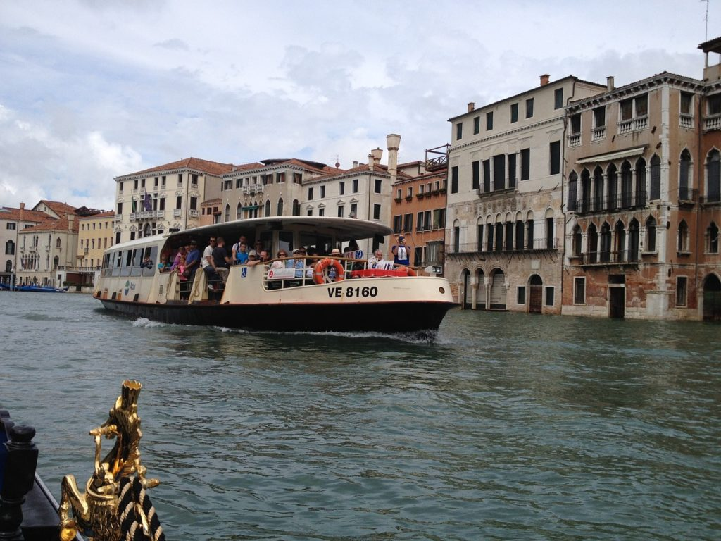 The water bus, known as the vaporetto (steamship), is the typical means of transport in Venice, allowing you to get from one place to another within the city and to the islands in the lagoon