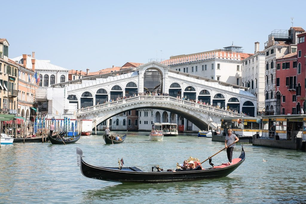 Once with the gondola over the Canal Grande: Many tourists are taken in a gondola through the Rialto bridge